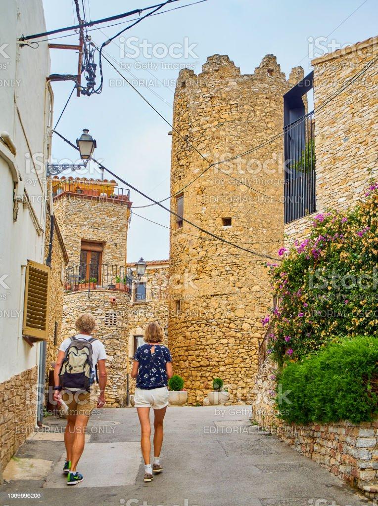 Centro de la ciudad medieval de Begur con el castillo de fondo. Girona, España. - foto de stock