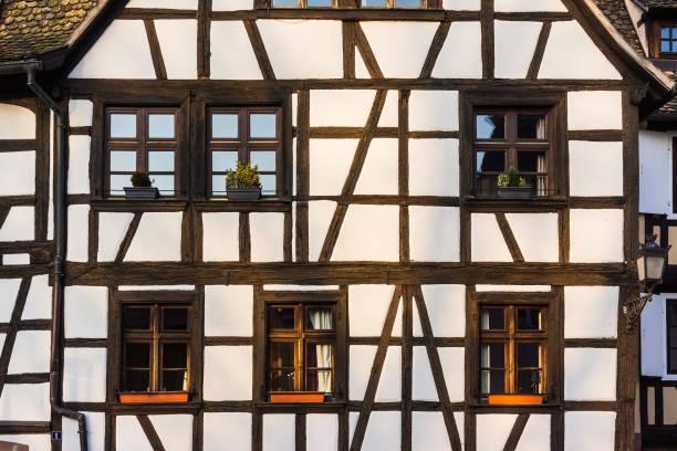 middeleeuwse europese gevel - vakwerk stockfoto's en -beelden