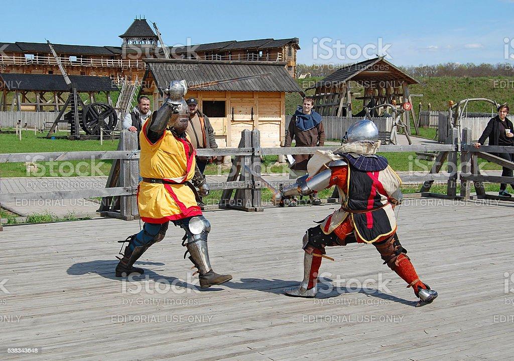 Fotografía de Medieval Luchas Espadas De Knights En Armadura y más ...
