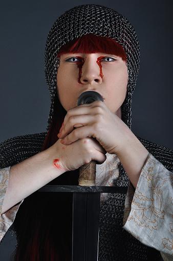 Zincirden Kızıl Saçlı Kılıçlı Ortaçağ Kız Gri Bir Arka Plan Üzerinde Kanla Ellerinin Üzerinde Duruyor Stok Fotoğraflar & Antik'nin Daha Fazla Resimleri