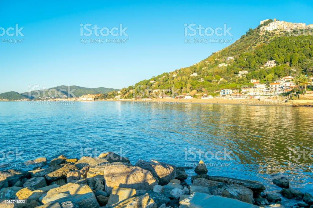 Middeleeuws dorp van de heuveltop aan de zuidkust van de Middellandse Zee-Italiaans foto