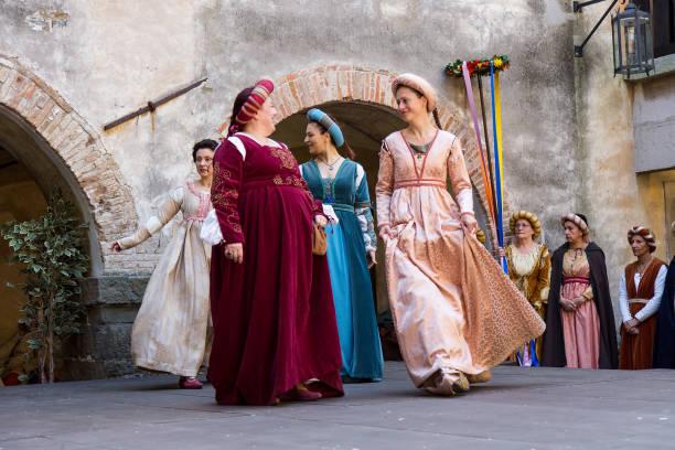mittelalterlichen historischen tänzer auf historischen hof, gorizia, italien - hofkleider stock-fotos und bilder