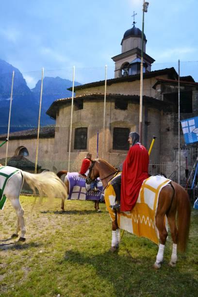 mittelalterlicher rittercharakter, der während des mittelalterfestes für den wettkampf bereit ist. - toga kostüm stock-fotos und bilder