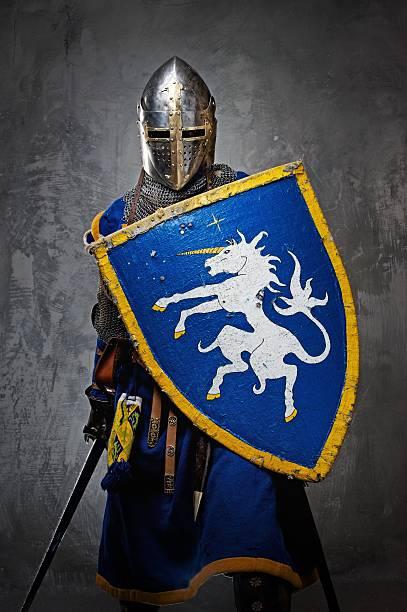 Chevalier médiéval sur fond gris. - Photo