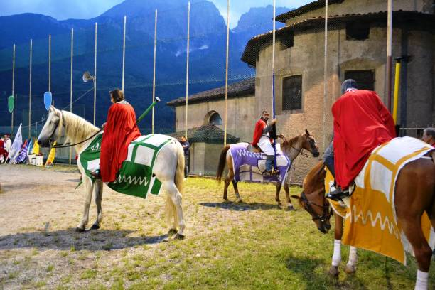 mittelalterliche ritterfiguren, die während des mittelalterfestes für den wettbewerb bereit sind. - toga kostüm stock-fotos und bilder