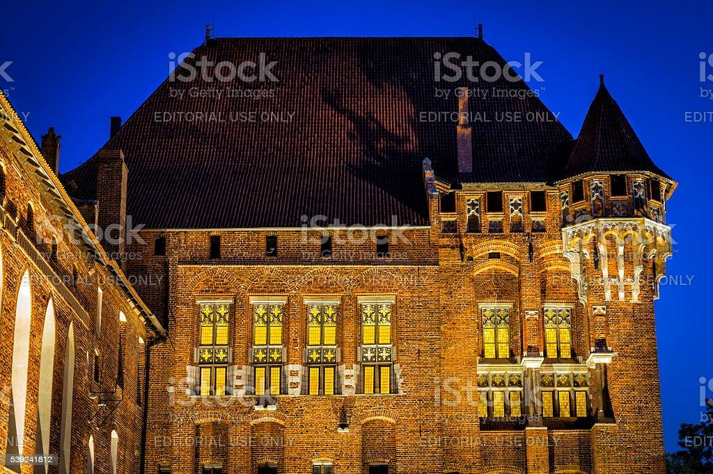 Medieval castillo de Malbork por la noche, Polonia foto de stock libre de derechos