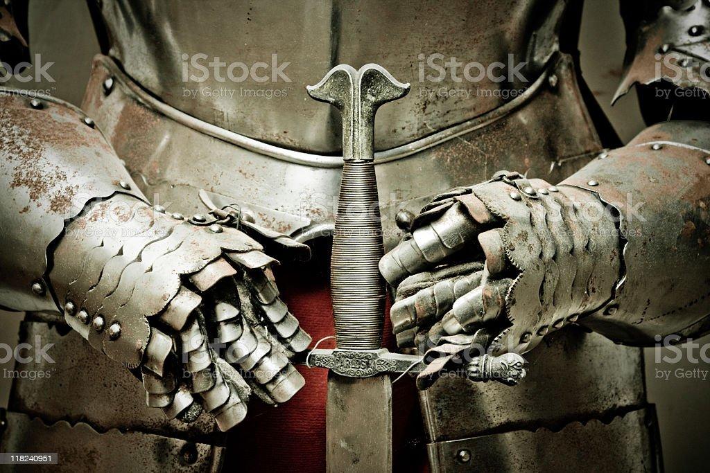 metal medievais armour e espada. - foto de acervo