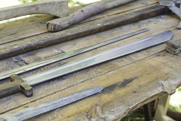 mittelalterliche alte rüstung - maschendrahtzaun preis stock-fotos und bilder