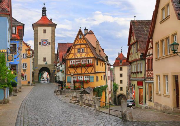 middeleeuwse oude straat in rothenburg ob der tauber - rothenburg stockfoto's en -beelden