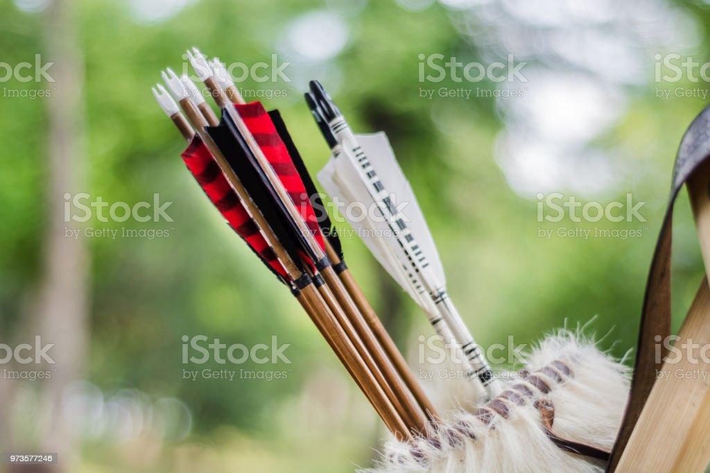 Conjunto medieval de vieja flechas de madera coloridas colgante en stand en bolsa - foto de stock
