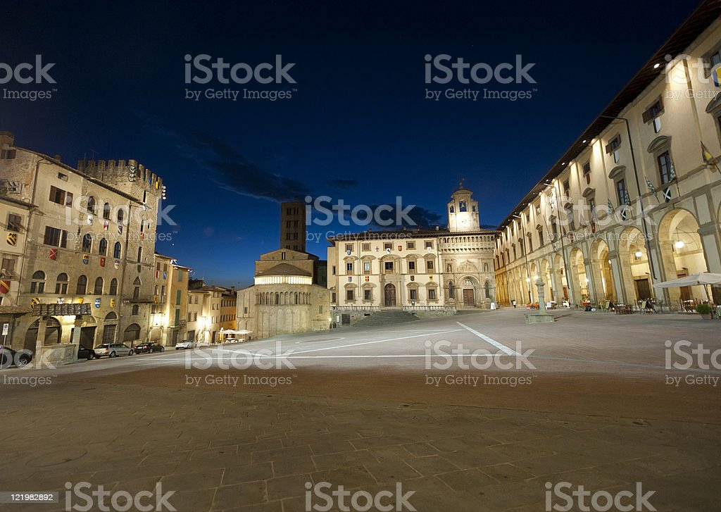Piazza medievale ad Arezzo (Toscana, Italia) di notte - foto stock