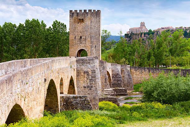 medieval puente de piedra en frias, españa - burgos fotografías e imágenes de stock