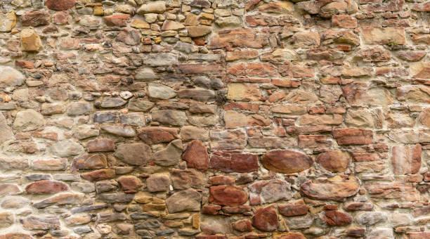 middeleeuwse stenen muur - versterkte muur stockfoto's en -beelden
