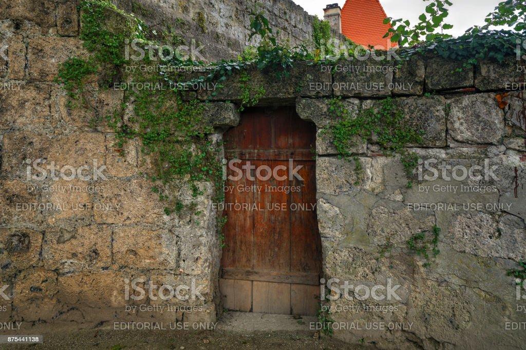 Mittelalterliche Steinmauer mit Holztür – Foto