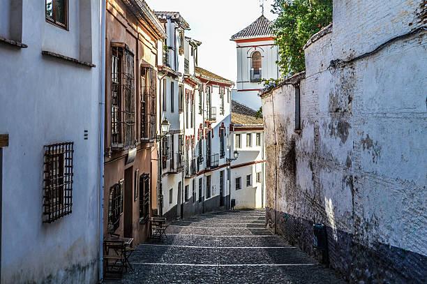 メディバル street のグラナダ、スペイン - スペイン グラナダ ストックフォトと画像