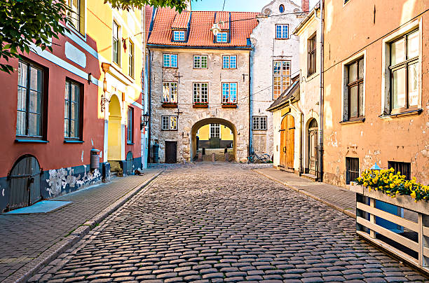 medieval street in old riga city, latvia - 拉脫維亞 個照片及圖片檔