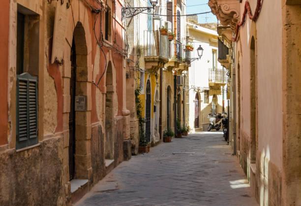 mittelalterliche straße in ortygia, sizilien, italien - ortygia stock-fotos und bilder