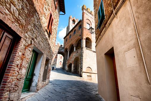 Medieval Street In Suvereto Tuscany Italy - Fotografie stock e altre immagini di Ambientazione esterna
