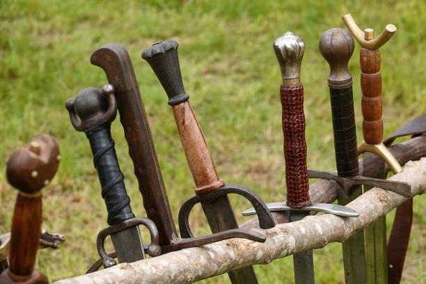 Mittelalterliche Schwerter in einer Reihe – Foto