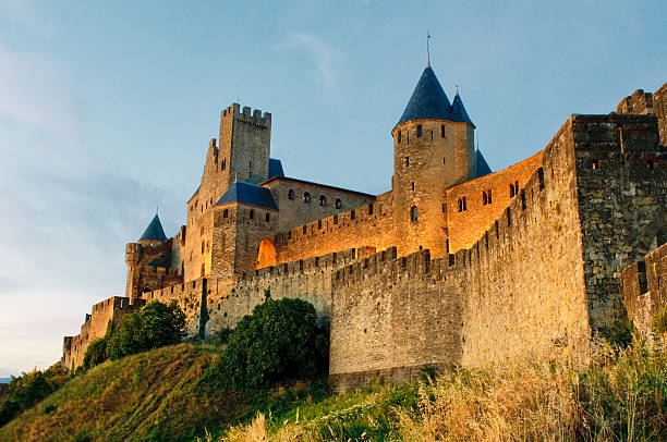 cidade medieval de carcassonne ao pôr-do-sol - castelo - fotografias e filmes do acervo