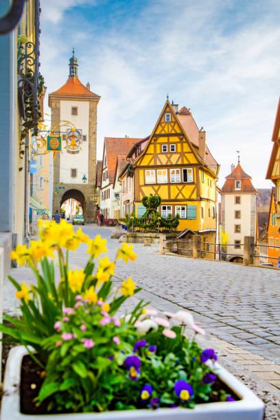 middeleeuwse stad van rothenburg ob der tauber in zomer, beieren, duitsland - rothenburg stockfoto's en -beelden