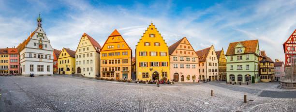 middeleeuwse stad rothenburg ob der tauber in de zomer, beieren, duitsland - rothenburg stockfoto's en -beelden