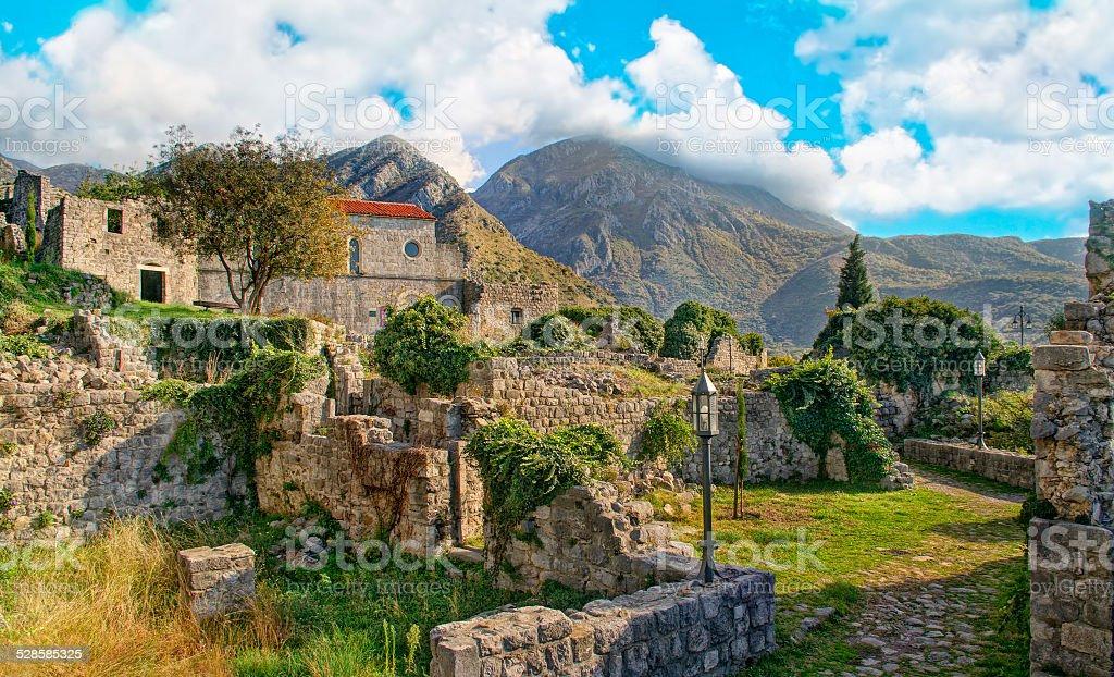 Ciudad medieval ruinas en las montañas - foto de stock