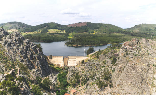 medieval village of penha garcia, portugal. dam of the penha garcia lake. - fotos de barragem portugal imagens e fotografias de stock
