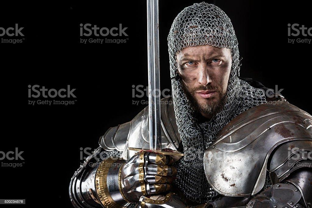 Guerrero Medieval con cadenas de mensajes Armadura y espada - foto de stock