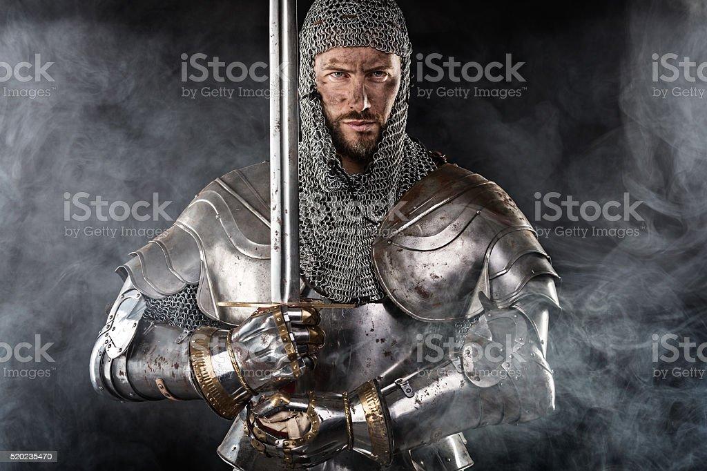 Mittelalterliche Krieger mit einem Kettenhemd Armour und Schwert – Foto