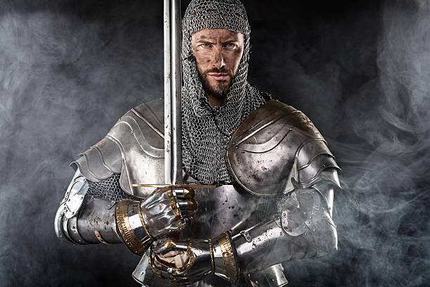 mittelalterliche krieger mit einem kettenhemd armour und schwert - mittelalterliche ritter stock-fotos und bilder