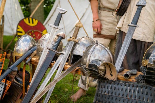 mittelalterliche waffen für den nahkampf verwendet im kriege auf dem display - damaststahl stock-fotos und bilder