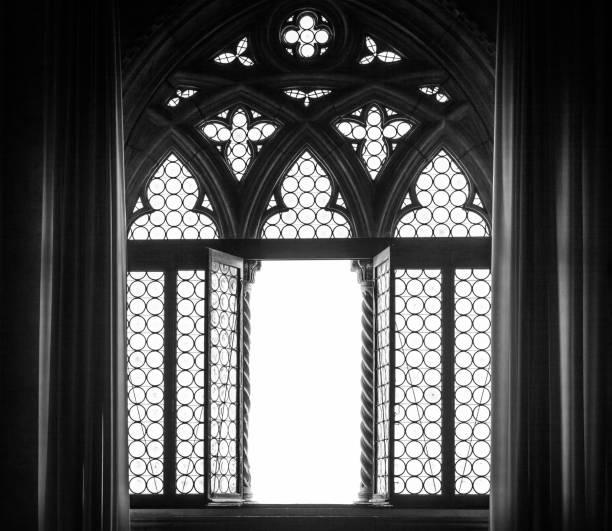 silhouette de fenêtre médiévale - gothique photos et images de collection