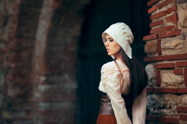 mittelalterliche frau im historischen gewand trägt korsett kleid und haube - vintage dirndl stock-fotos und bilder