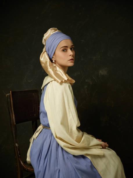 mittelalterliche frau im historischen gewand trägt korsett kleid und haube. - vintage dirndl stock-fotos und bilder