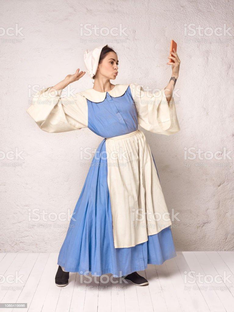 d02260f7f Medieval mulher em traje histórico vestindo espartilho vestido e chapéu.  foto royalty-free