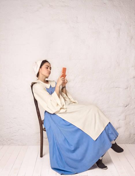 mittelalterliche frau im historischen gewand trägt korsett kleid und haube. - moderne dirndl stock-fotos und bilder