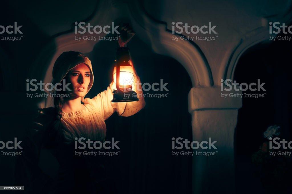 Femme médiévale avec lanterne Vintage à l'extérieur de nuit - Photo