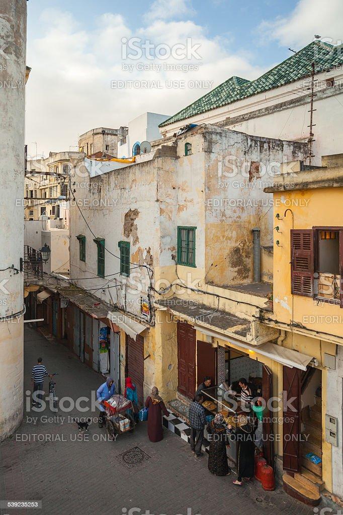 Medina, en Tánger está muy cerca, Marruecos.  La gente cerca de pan pequeño mercado foto de stock libre de derechos