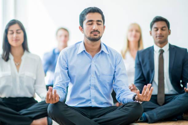 meditieren am arbeitsplatz - yoga fürs büro stock-fotos und bilder