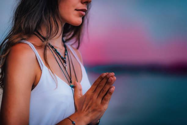 Meditieren. Hündinnen beten schließen – Foto