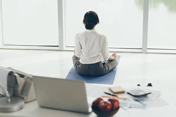 meditieren am morgen - yoga fürs büro stock-fotos und bilder