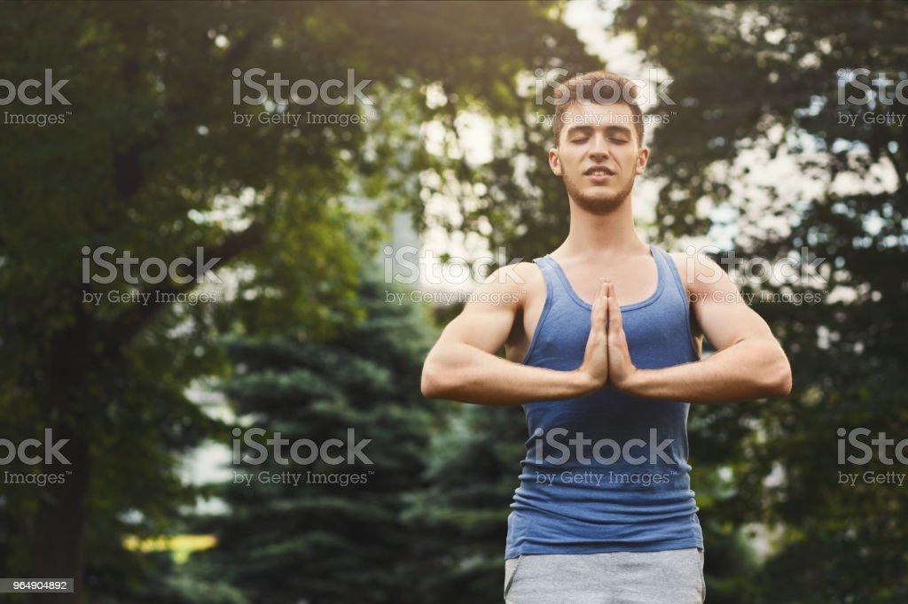 冥想的人與祈禱的手在戶外 - 免版稅Sportsperson圖庫照片
