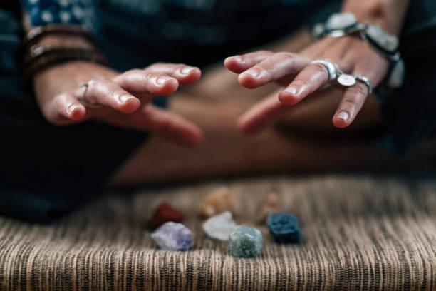 Meditationspraxis mit der heilenden Energie von Kristallen – Foto