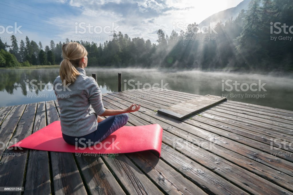 Meditation und Entspannung, Mädchen in Yoga-pose – Foto