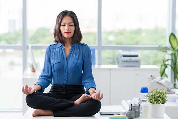 meditation im büro - yoga fürs büro stock-fotos und bilder