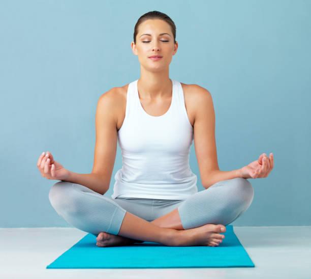 la méditation est bonne pour l'esprit - yeux fermés photos et images de collection