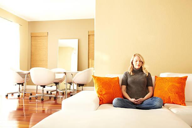 meditation - feng shui einrichten stock-fotos und bilder