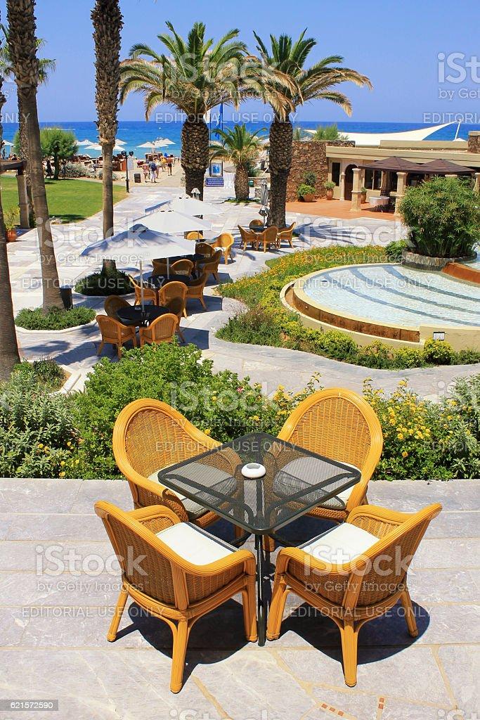 mediterranean beach resort and al fresco wicker seats, Greece photo libre de droits