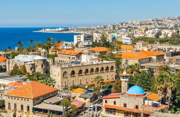 Mediterrane Stadt historisches Zentrum Panorama mit alten Kirche und Moschee und Wohngebäuden im Hintergrund, Biblos, Libanon – Foto